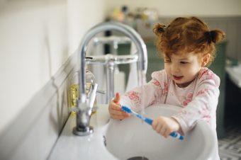 Kako naučiti decu da peru zube